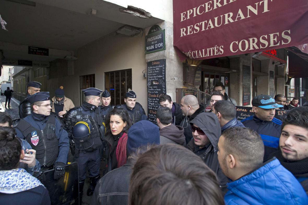 Policie blokuje vstup na Dieudonného představení