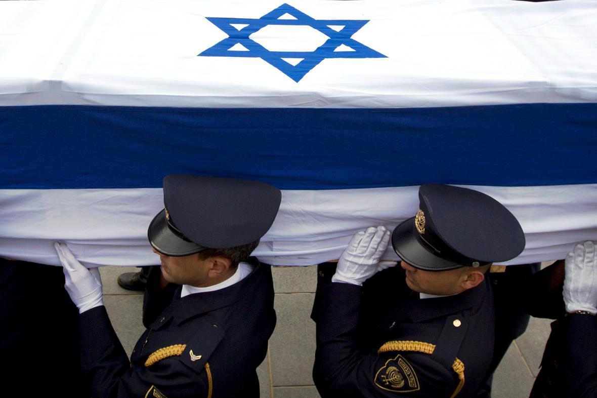 Rakev s ostatky Ariela Šarona