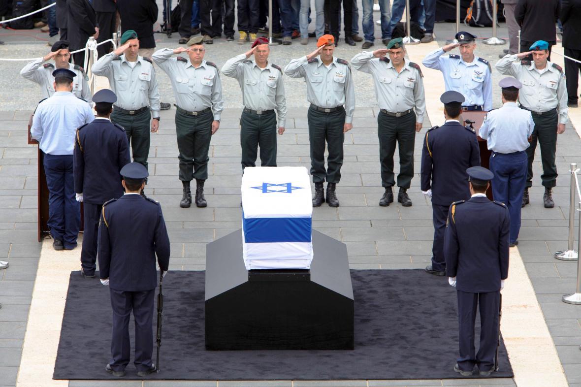 Izraelská generalita salutuje před Šaronovou rakví