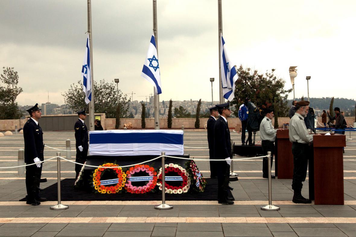 Čestná stráž u Šaronovy rakve na nádvoří Knessetu