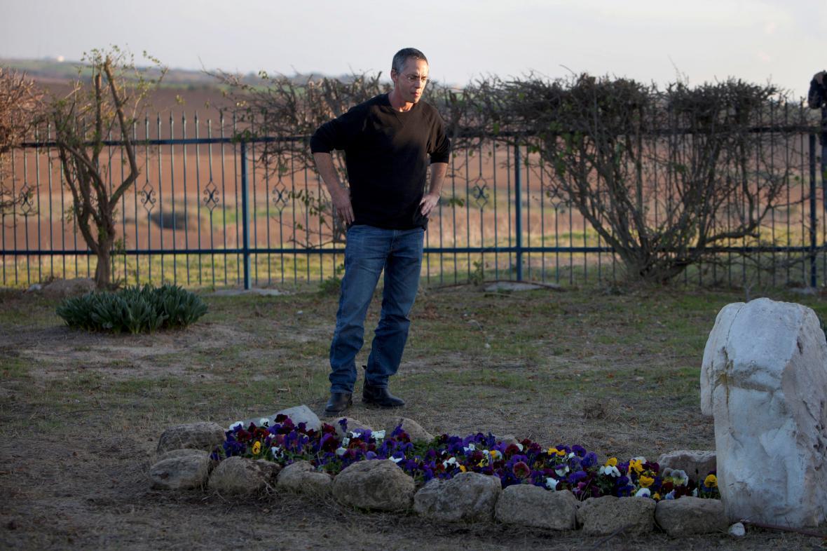 Gilad Šaron u hrobu své matky, kde má být pohřben i izraleský expremiér