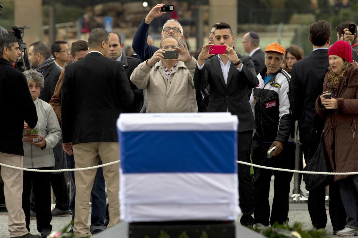 Izraelci si fotografují rakev s ostatky expremiéra Šarona