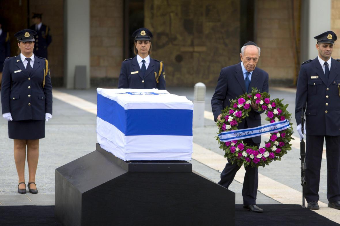 Šimon Peres u Šaronovy rakve