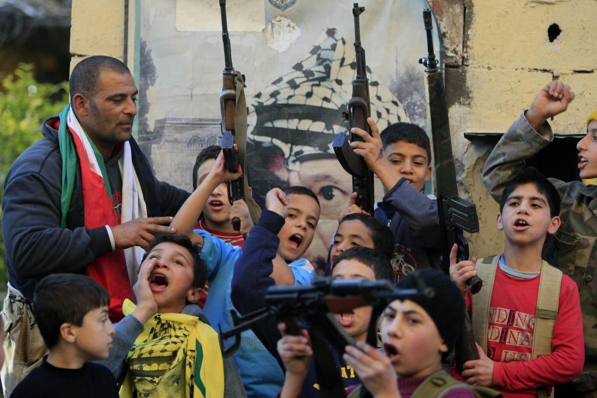 Palestinské děti vítají Šaronovu smrt