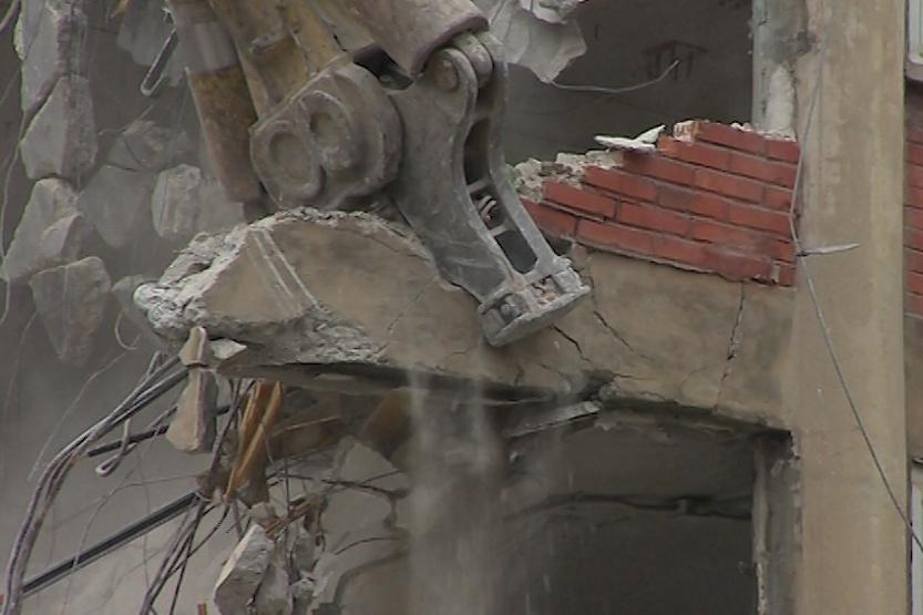 Demolice průmyslové budovy v baťovském areálu