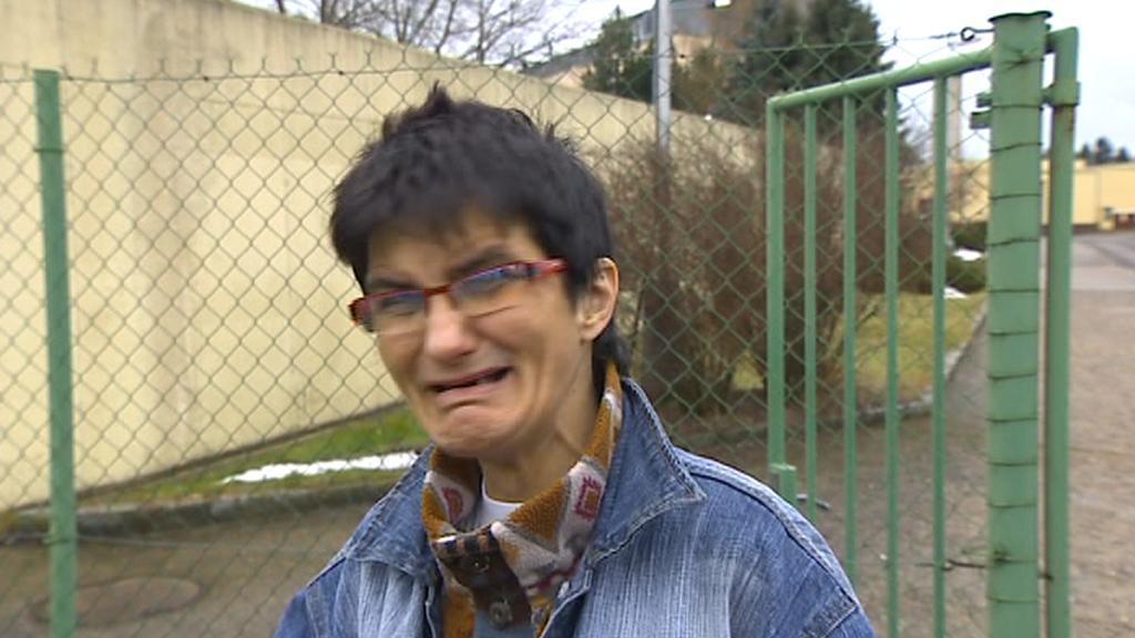 Marie Lavičková brečí při odchodu na svobodu