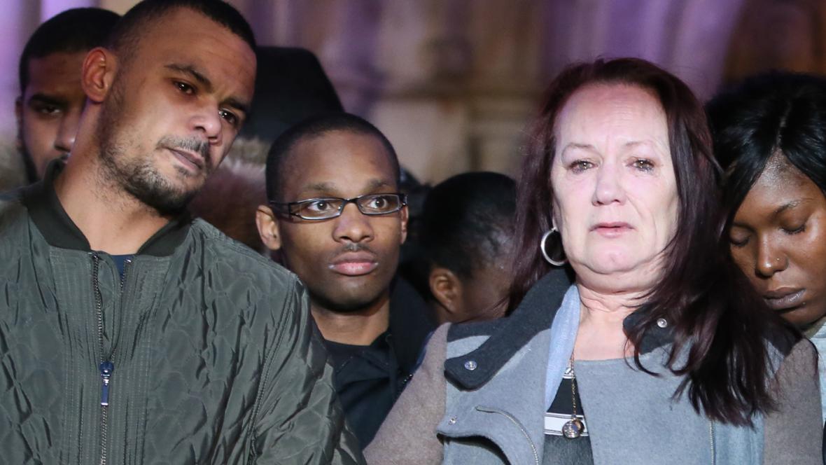 Dugganova matka Pam po oznámení závěrů vyšetřování