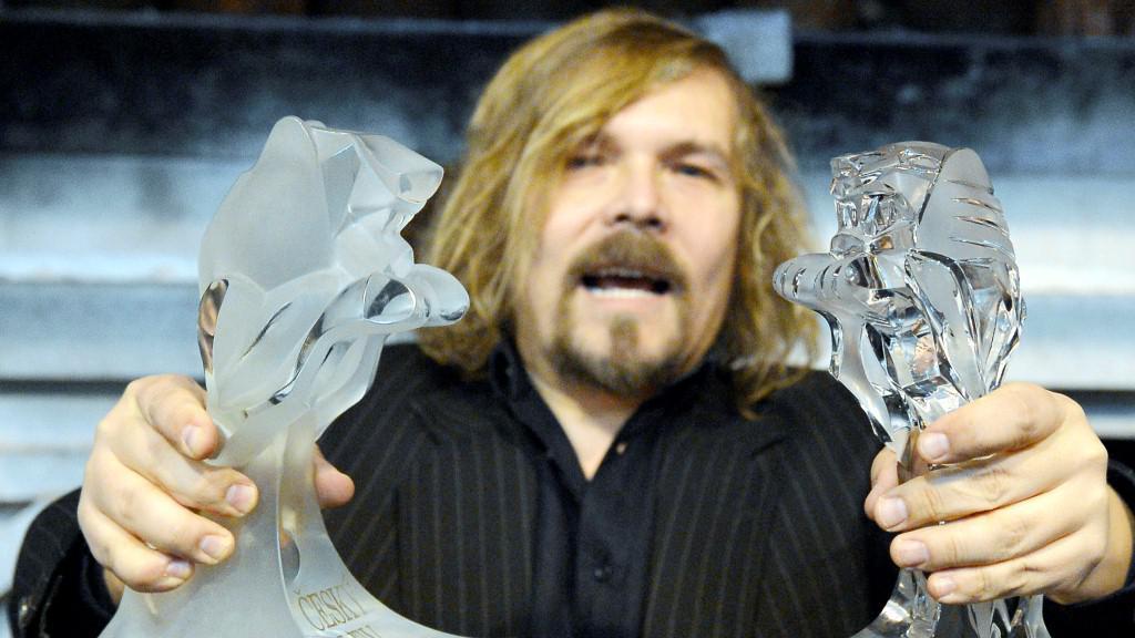 Petr Vachler ukazuje plastiky Českých lvů