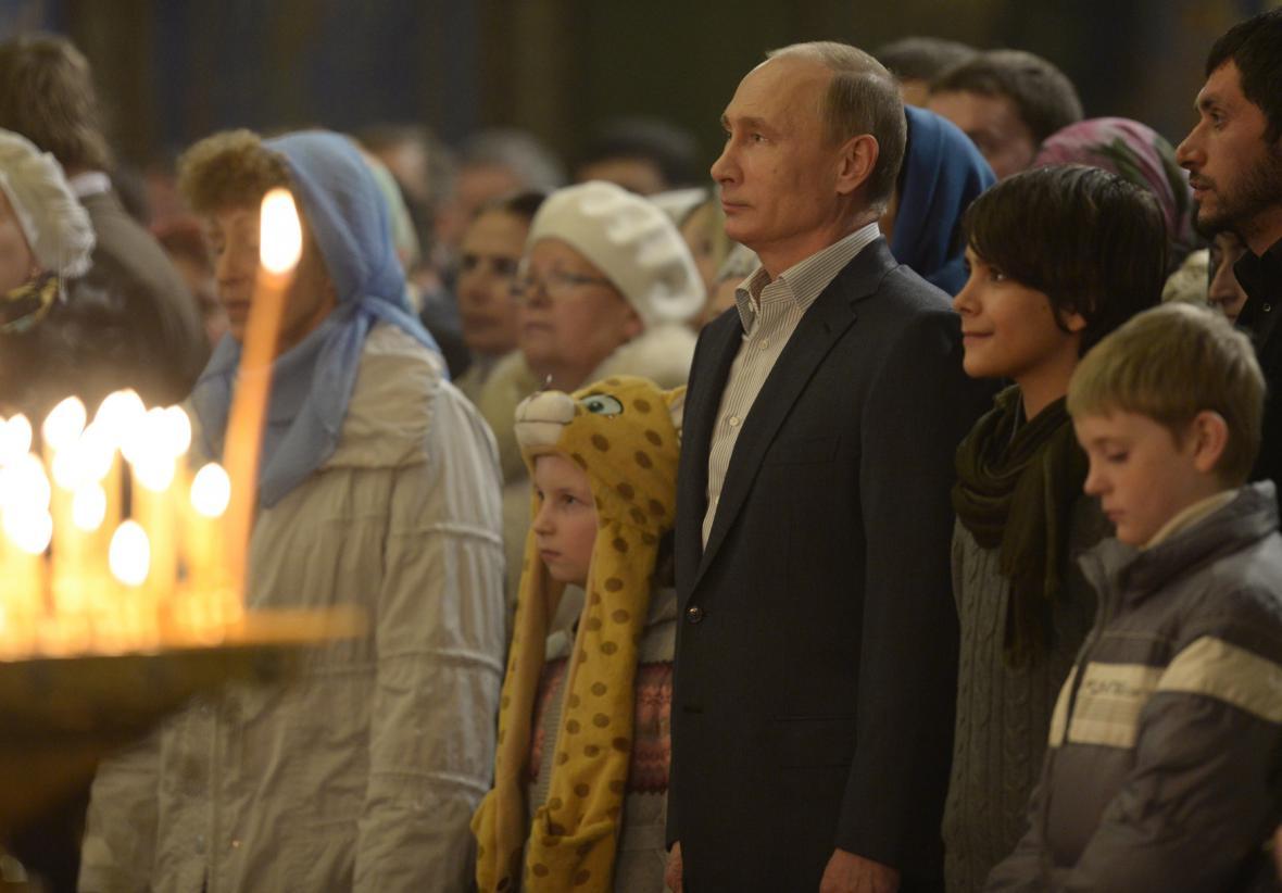 Putin se účastní vánoční mše v kostele v Soči