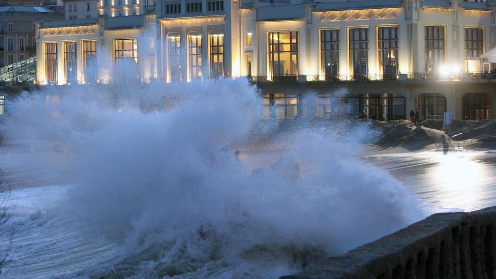 Francouzské pobřeží bičují obří vlny