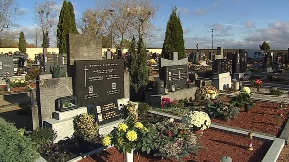 Díky ochotným kameníkům je už dnes hřbitov opravený