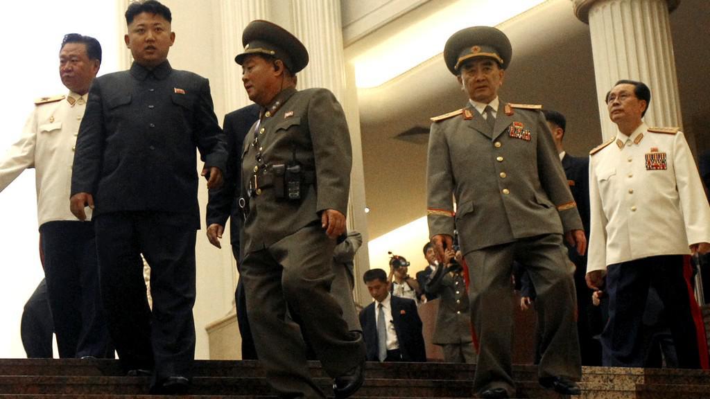 Kim Čong-un s nejbližšími spolupracovníky