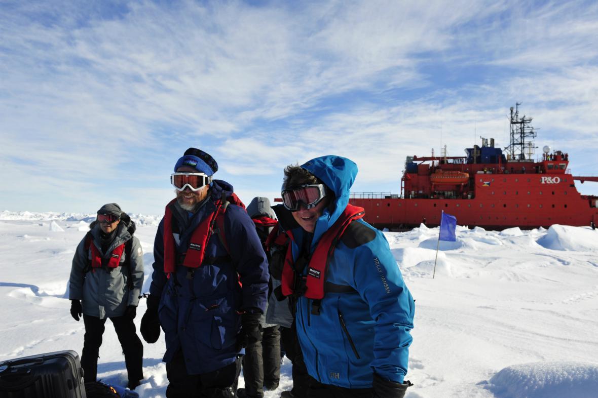Evakuovaní cestující u australského ledoborce
