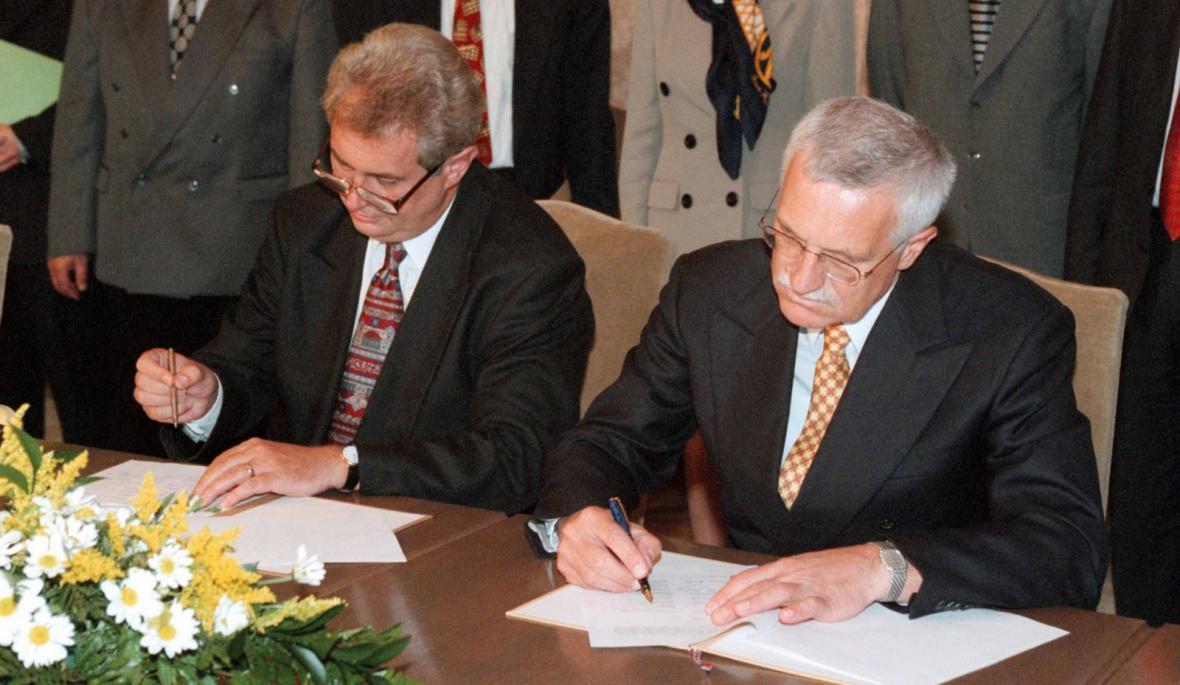 Miloš Zeman a Václav Klaus podepisují tzv. opoziční smlouvu