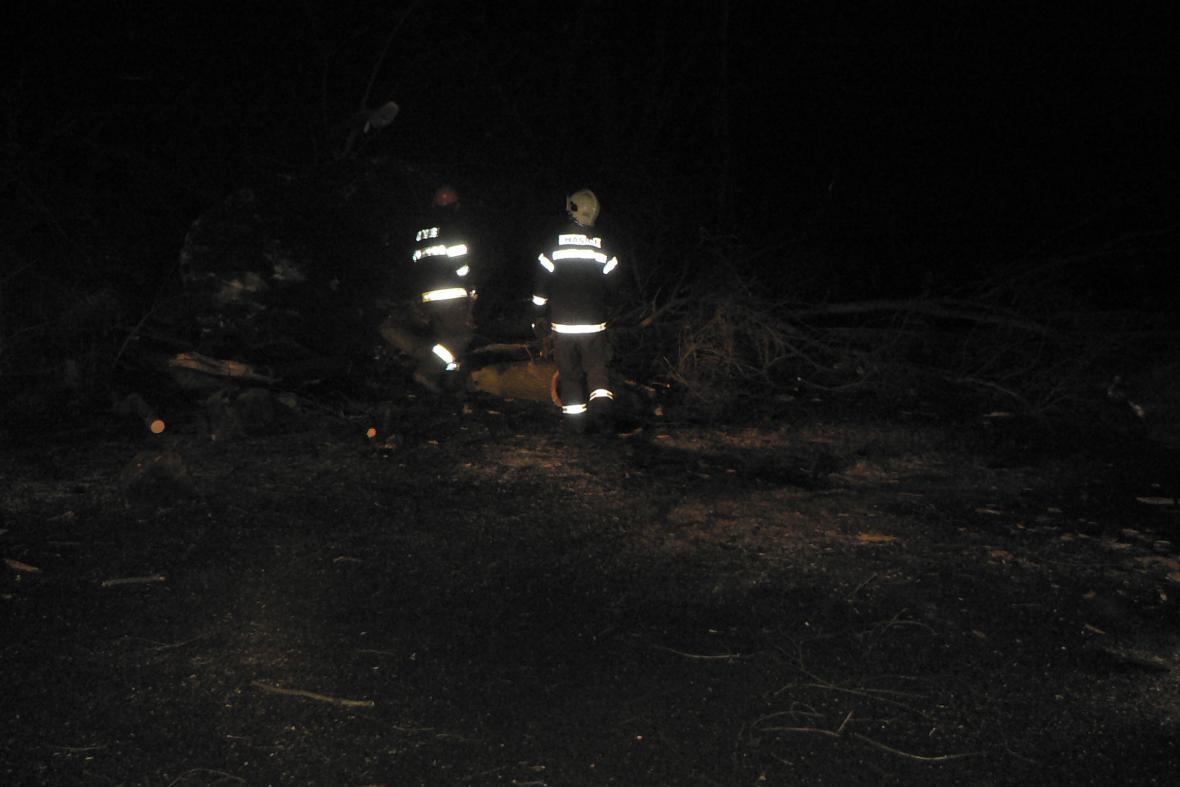 Spadlé kameny a stromy uzavřely silnici z Adamova