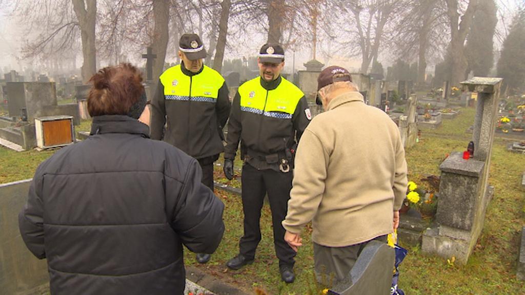 Pardubičtí strážníci při kontrole hřbitova