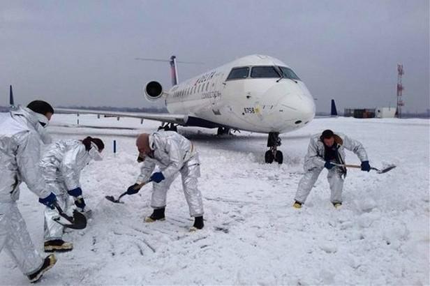 Na Kennedyho letišti sklouzlo z ranveje letadlo