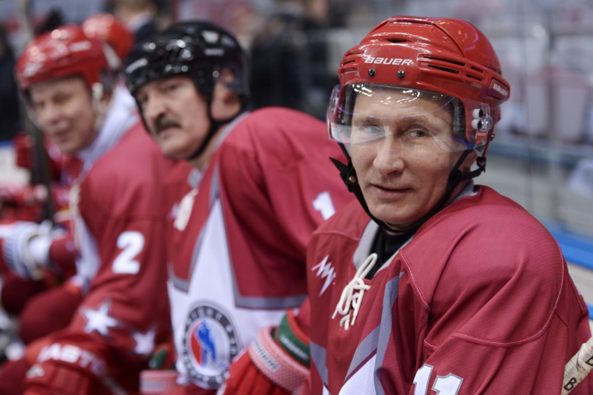 Vladimir Putin a Alexandr Lukašenko na hokejovém tréninku v Soči