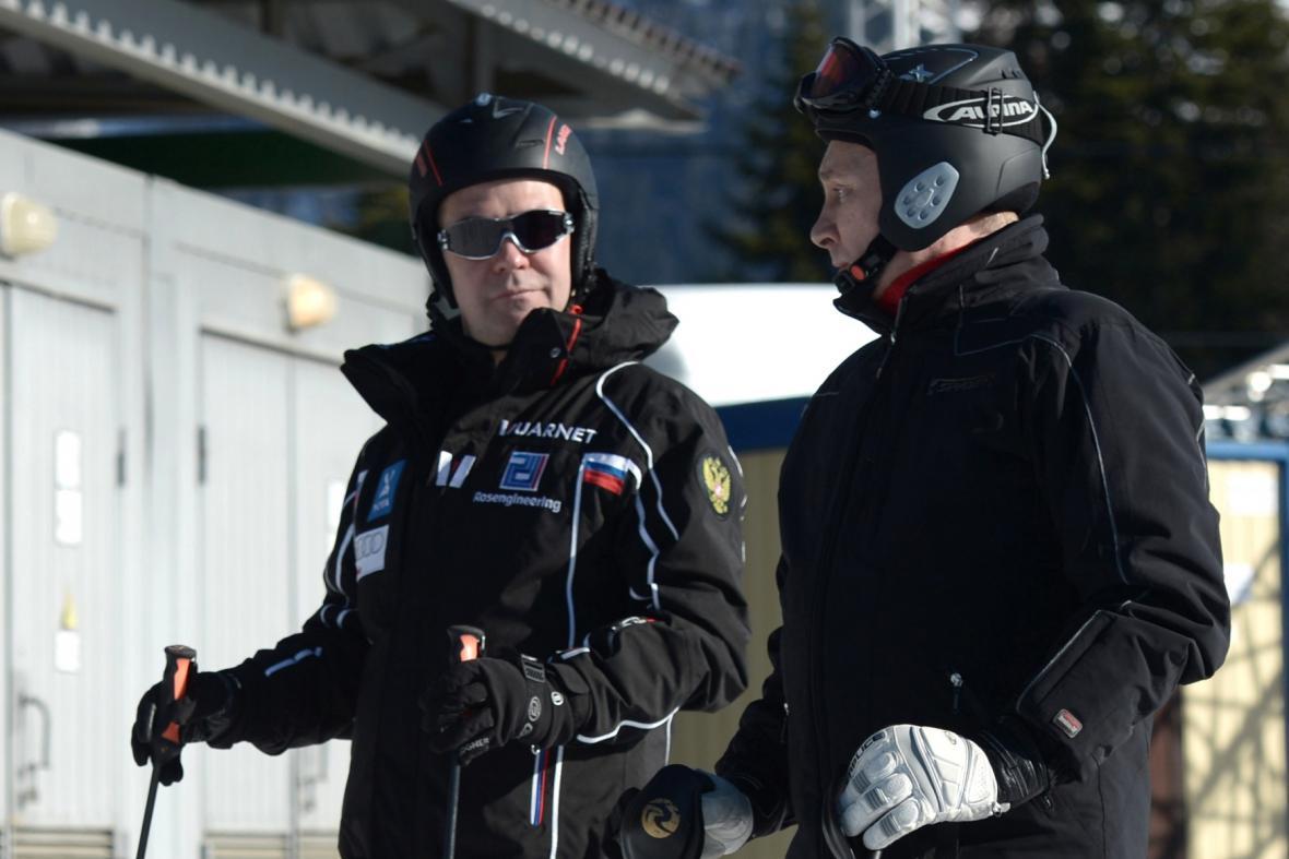 Dmitrij Medvěděv a Vladimir Putin na lyžích v Soči