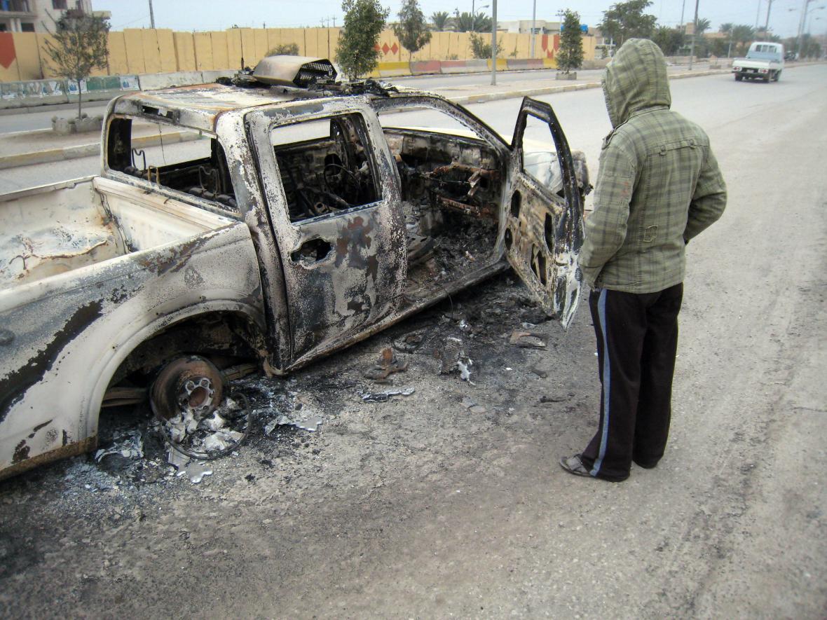 Ohořelé policejní auto ve Fallúdži