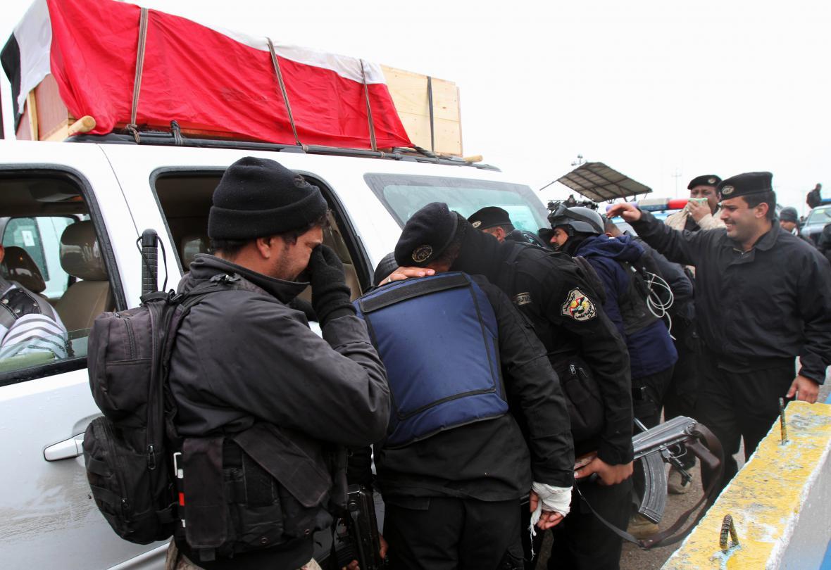 Iráčtí policisté truchlí nad smrtí důstoníka, který zemřel při střetech v provincii Anbár