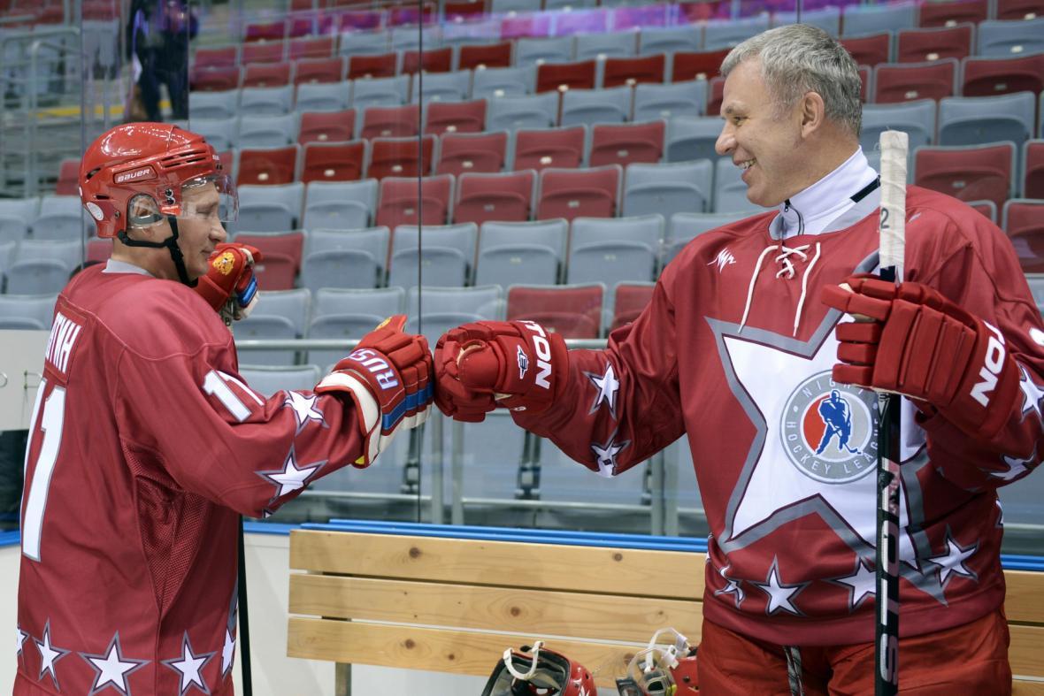 Vladimir Putin a Vjačeslav Fetisov na hokejovém tréninku v Soči