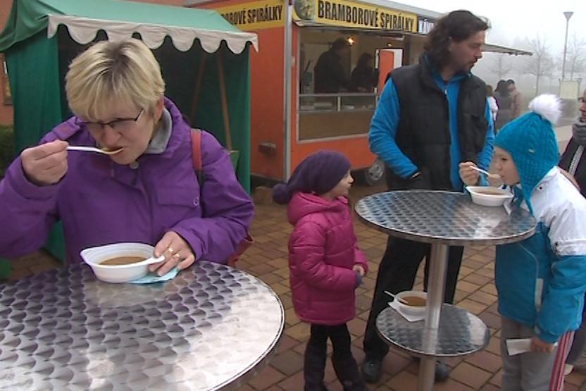 Rozlévání tříkrálové polévky