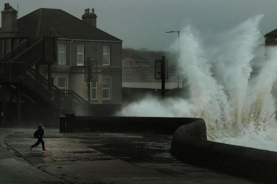Vlny bičují skotské pobřeží