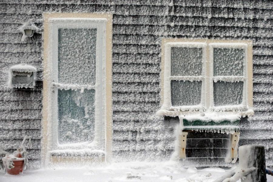 Dům na severovýchodě USA po první sněhové bouři v roce 2014