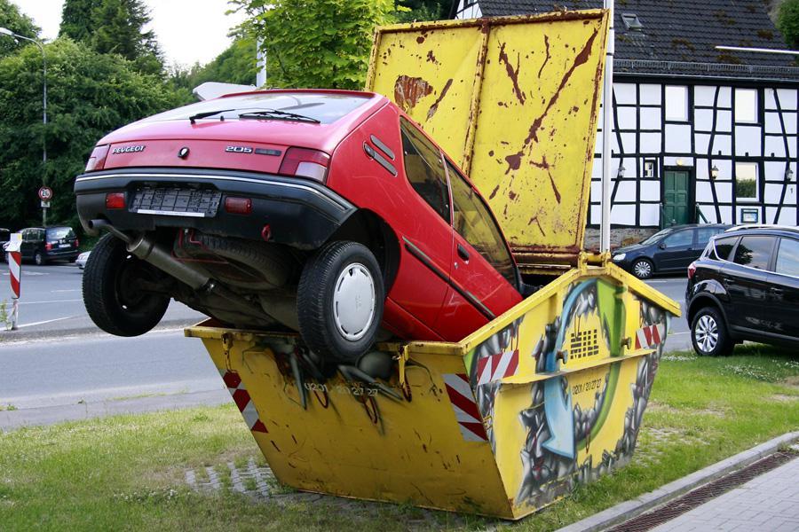 Auto do šrotu v německém Kettwigu