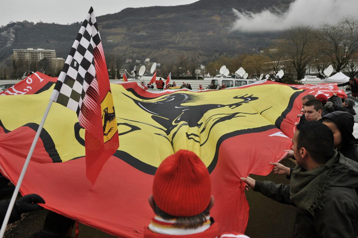 Schumacherovi fanoušci před nemocnicí v Grenoblu
