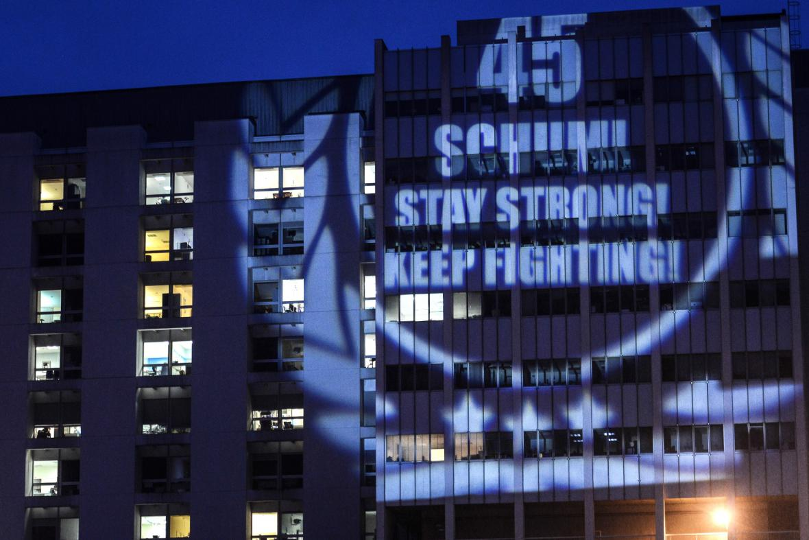 Schumacherovi fanoušci promítali vzkazy na zeď nemocnice v Grenoblu