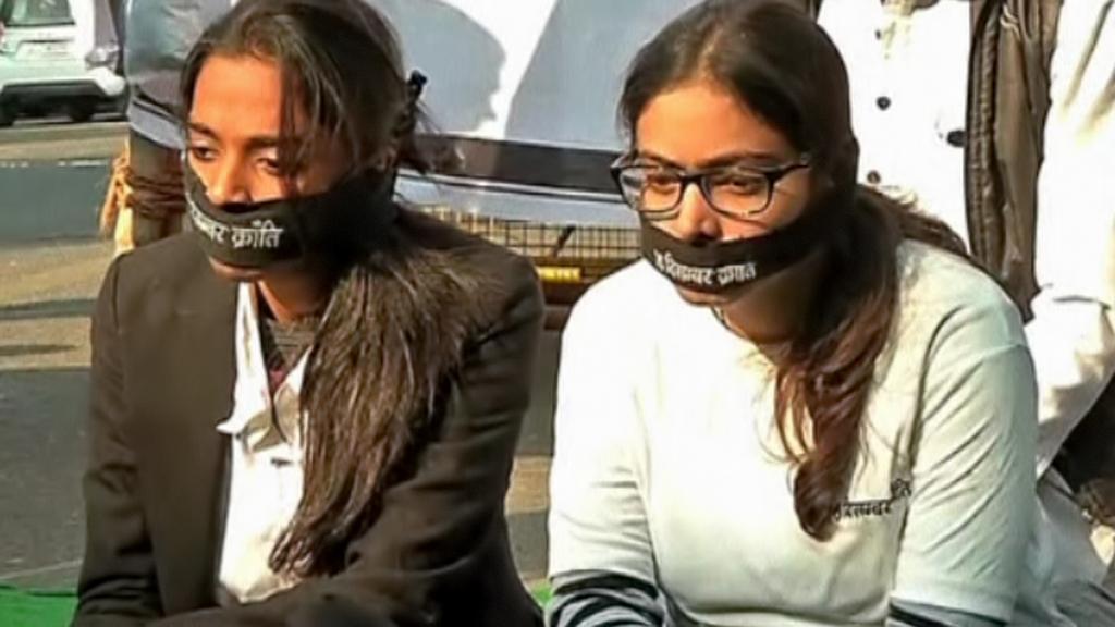 Indové protestují proti případům znásilnění