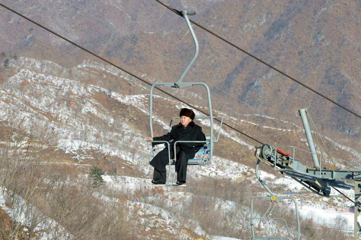 Kim Čong-un na horách: Bez lyží, zato s cigaretou
