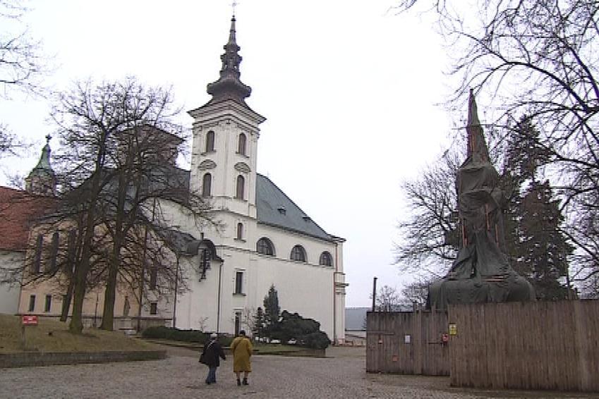 Farníci nechali zchátralou věž z kostela sundat