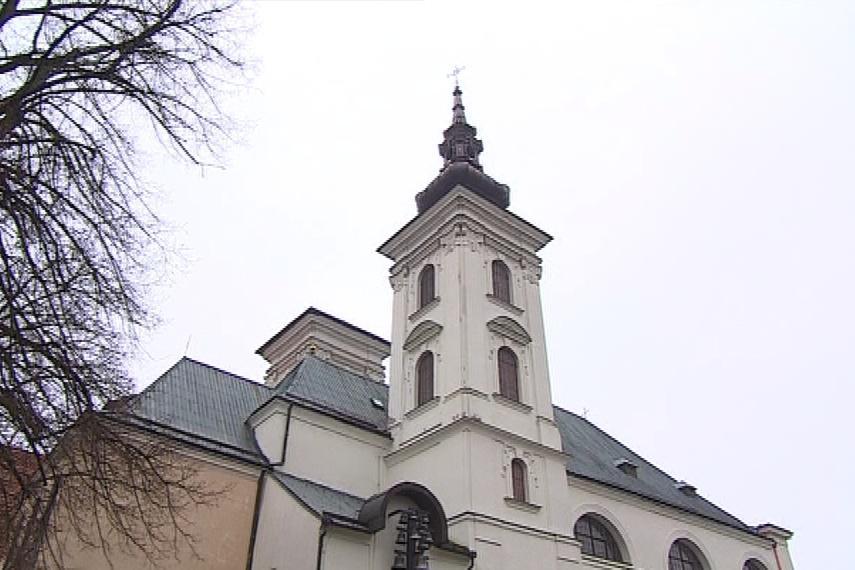 Opravená věž kostel zdobí, druhá úplně chybí