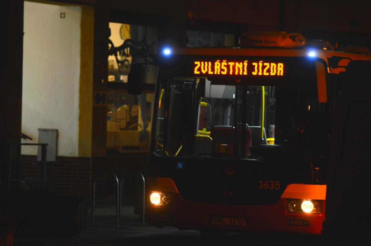 Obyvatele z okolí odvážely autobusy