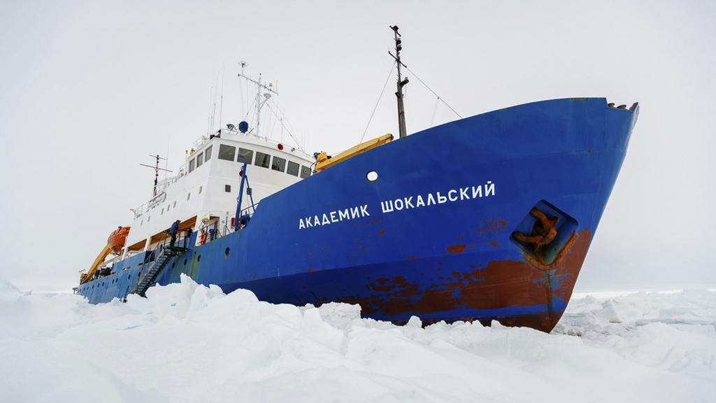Loď Akademik Šokalskij zaklíněná v ledu