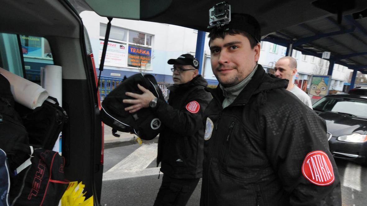 A jsme v Olomouci. Přisedá další člen výpravy, vrchní elektrikář Jiří – s bagáží, zatímco Jan Kulajta s čelovkou-kamerou