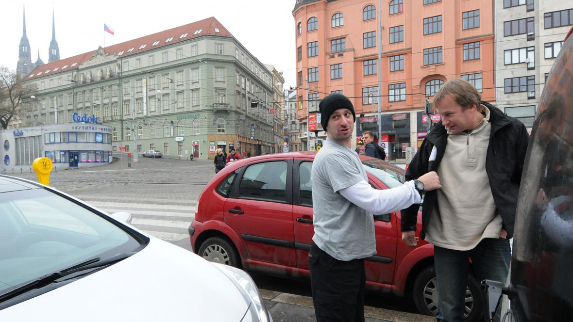 A jsme v Brně. Čeká se na fyzioterapeuta. Tomáš Vrátný hledá svou bundu a nalézá ji na Janu Štěpánkovi