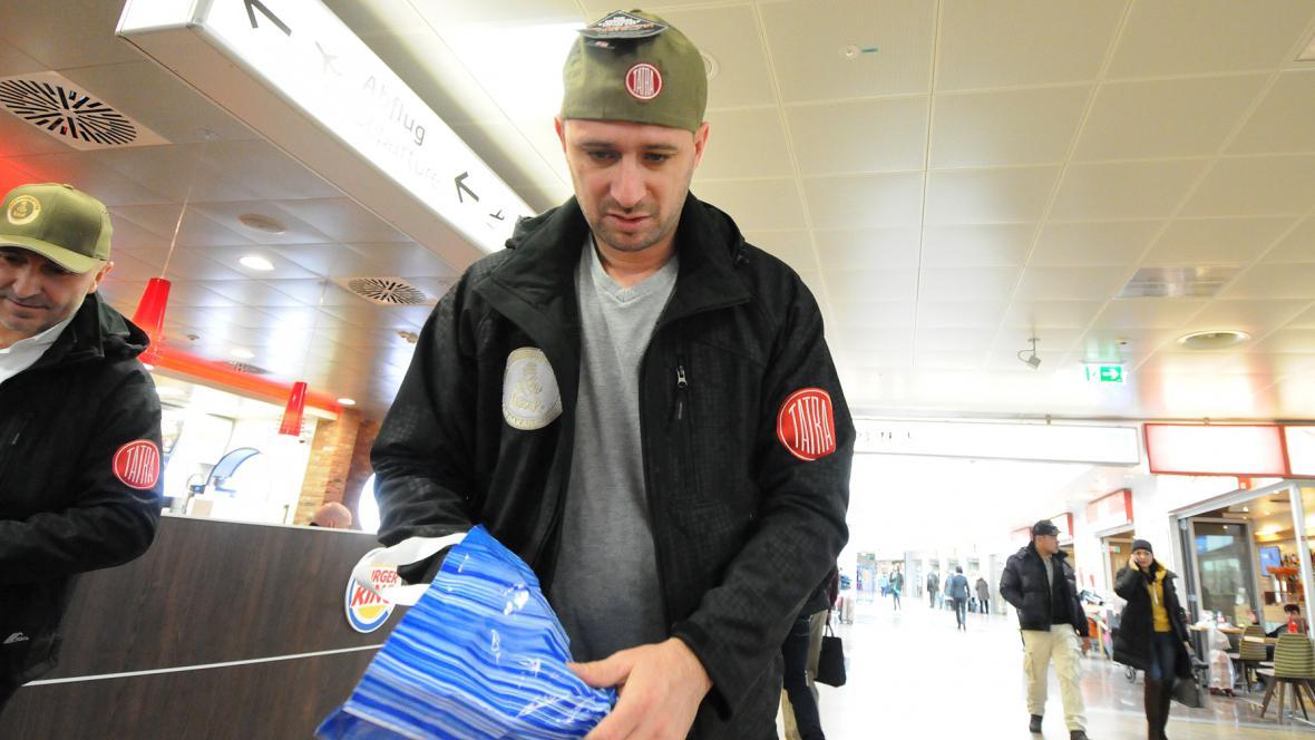 """""""Kde mám to, co jsem zapomněl?""""… Tomáš Vrátný před odletem z Vídně do Buenos Aires. Přes Paříž"""