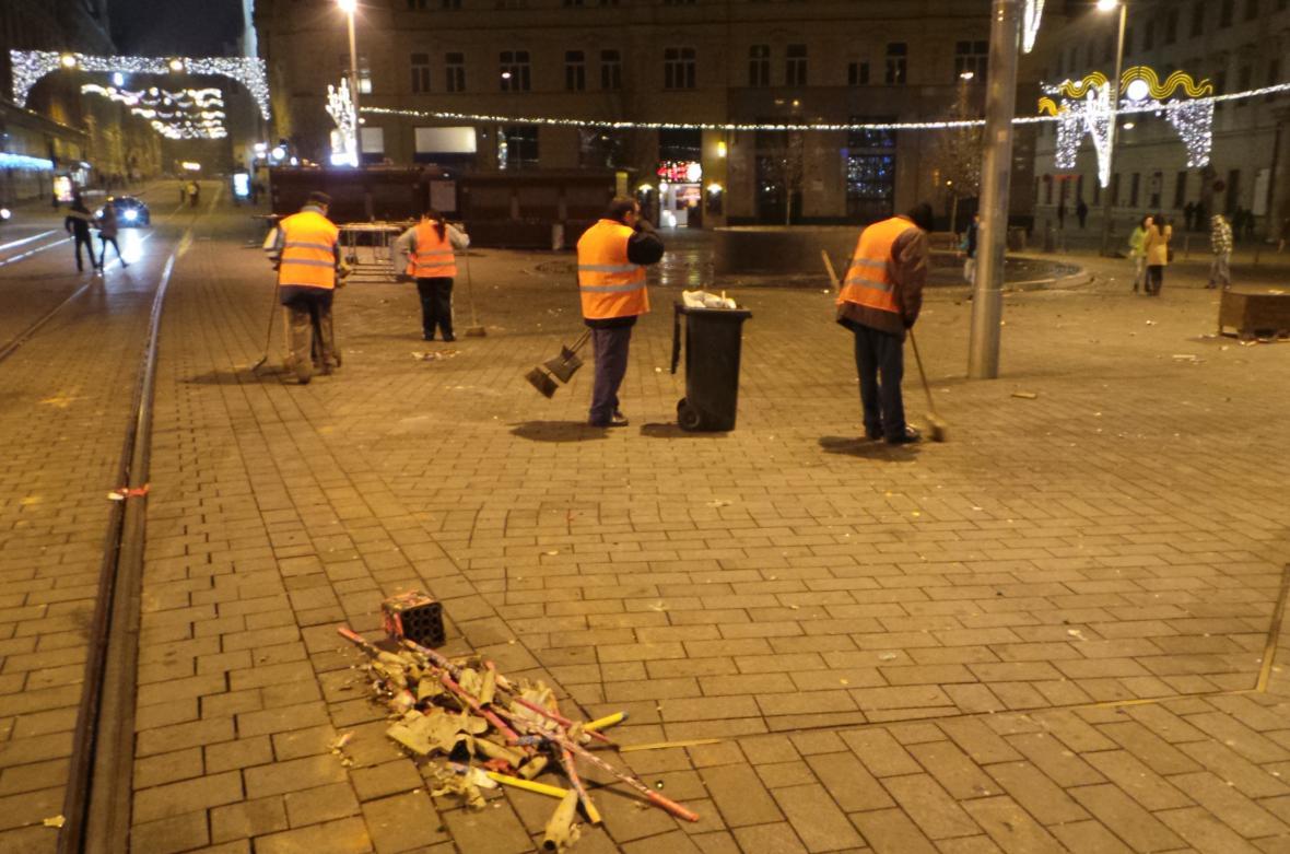 Úklid na náměstí Svobody v Brně