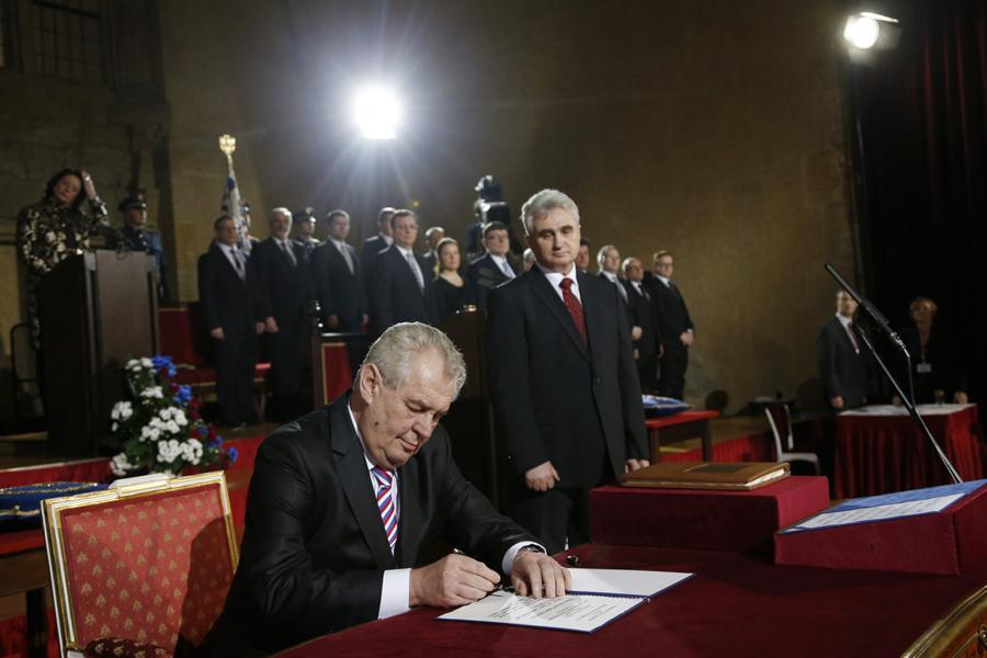 Miloš Zeman podepisuje prezidentský slib