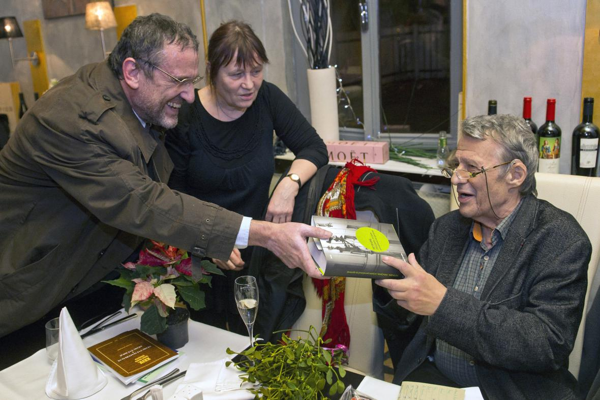 Ředitel ČTK Jiří Majstr, Petr Uhl a jeho manželka Anna Šabatová na křtu knihy Petra Uhla