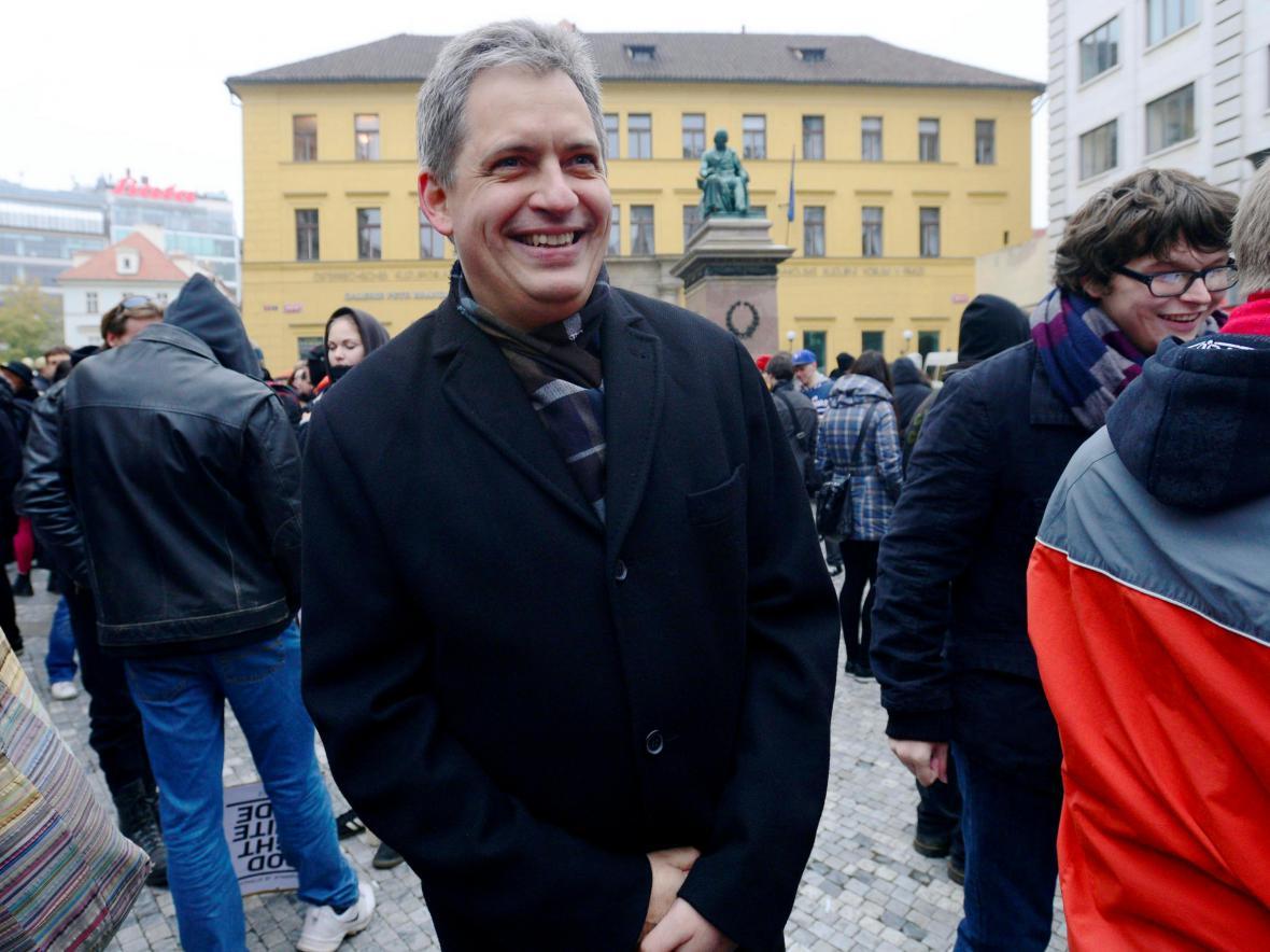Jiří Dienstbier na demonstraci proti pochodu extremistů