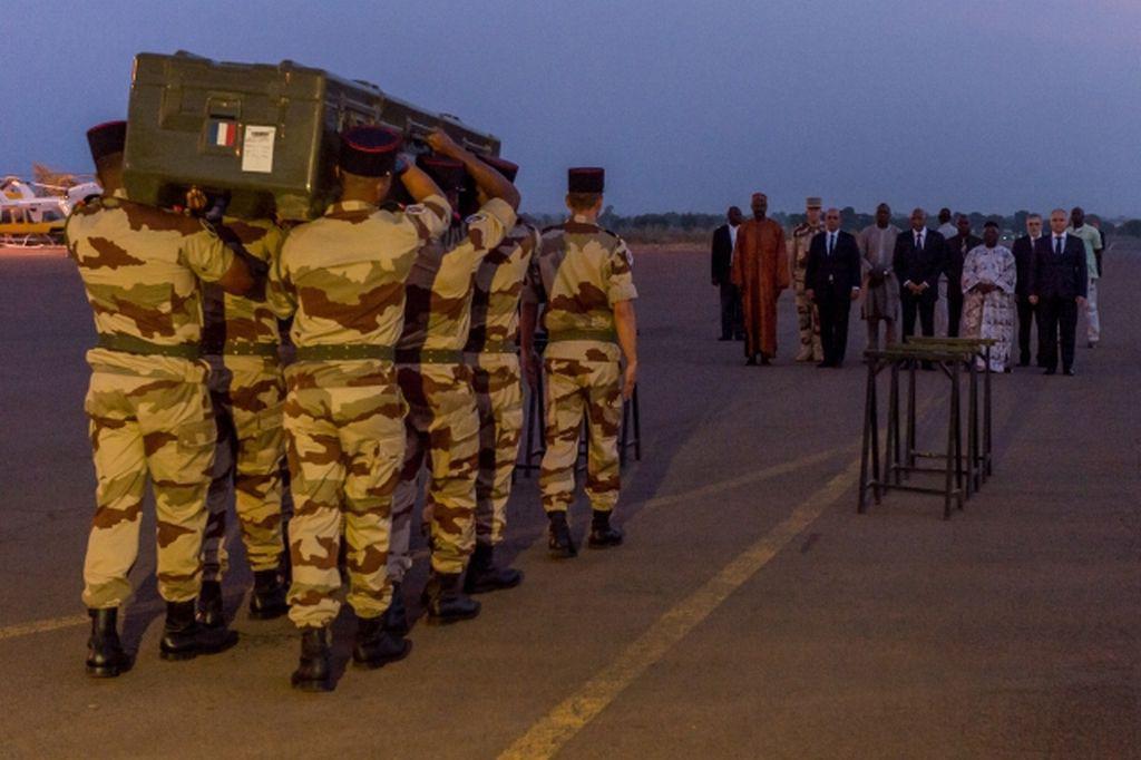 Armáda převáží tělo jednoho ze zabitých novinářů