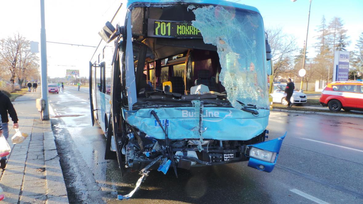 Předek autobusu je zdemolovaný