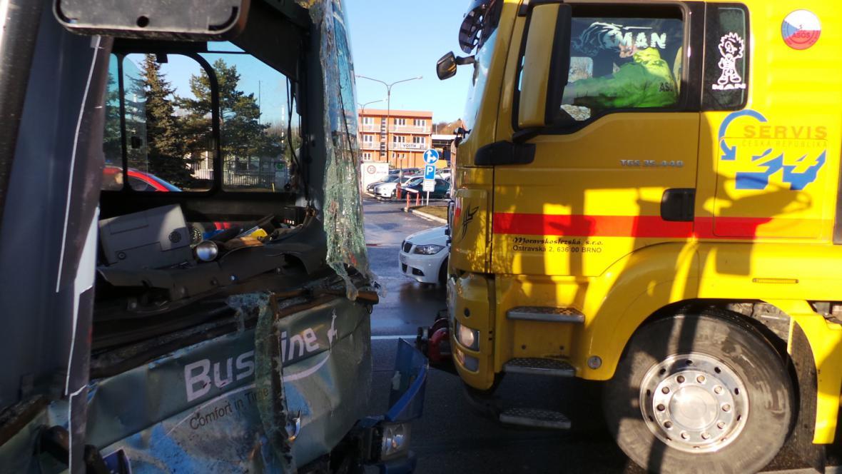 Řidič zůstal v autobuse zaklíněný