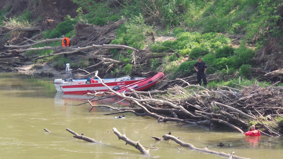 Tělo našli dobrovolní hasiči na mělčině