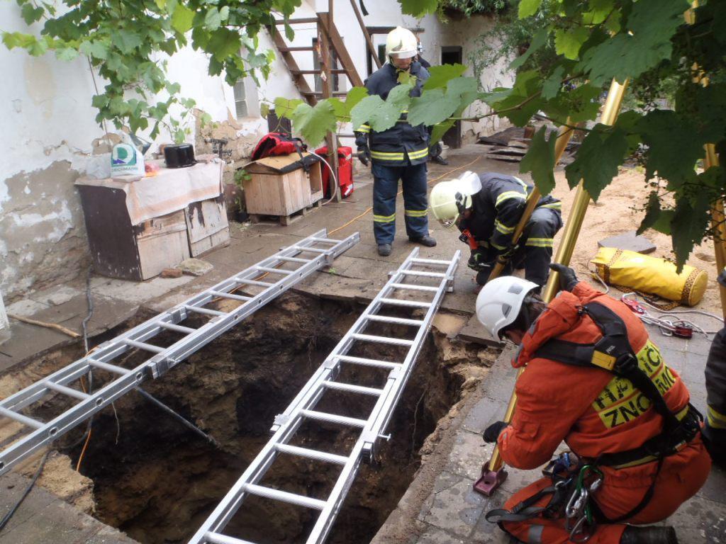 Hasiči se připravují na vytažení ženy ze studny